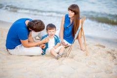 Famille sur la plage par jour d'été Image libre de droits