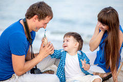Famille sur la plage par jour d'été Photo libre de droits