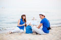 Famille sur la plage par jour d'été Photos stock