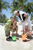 Famille sur la plage tropicale Images libres de droits