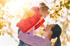Famille sur la promenade d'automne photographie stock