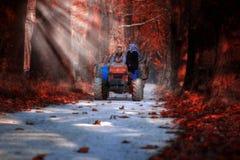Famille sur la remorque de tracteur en automne images libres de droits