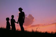 Famille sur le coucher du soleil Photos libres de droits