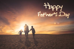Famille sur le désert avec le texte de fête des pères Photos libres de droits
