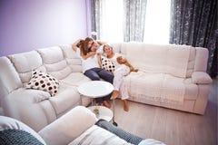 Famille sur le divan Photos libres de droits