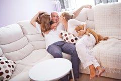 Famille sur le divan Photo stock