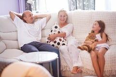 Famille sur le divan Images libres de droits