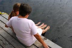 Famille sur le dock photos stock