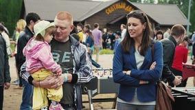 Famille sur le festival d'été Fille triste de prise d'homme petite sur des mains Jour ensoleillé banque de vidéos