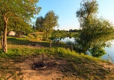 Famille sur le lancement de camping près du rivage de lac d'été Images libres de droits