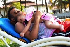 Famille sur le lit de bronzage photographie stock libre de droits