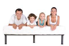 Famille sur le matelas images stock