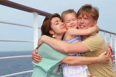 Famille sur le paquet de doublure de vitesse normale s'embrassant Photos libres de droits