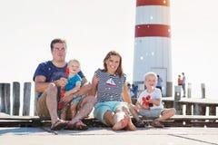 Famille sur le pilier au phare, jour d'été ensoleillé Image stock