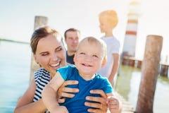Famille sur le pilier au phare, jour d'été ensoleillé Image libre de droits