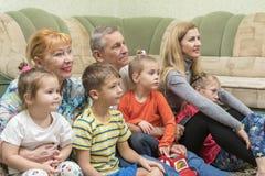 Famille sur le plancher par le divan photographie stock libre de droits