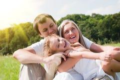 Famille sur le pré Images libres de droits