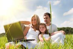 Famille sur le pré Photos libres de droits