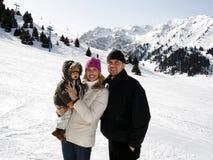 Famille sur le reste de l'hiver. Photos libres de droits
