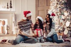 Famille sur le ` s Ève de nouvelle année images stock