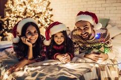 Famille sur le ` s Ève de nouvelle année photo libre de droits