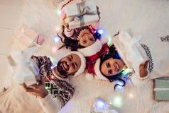 Famille sur le ` s Ève de nouvelle année images libres de droits