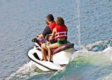 Famille sur le ski d'avion à réaction photographie stock libre de droits