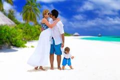 Famille sur les Maldives images stock