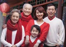 Famille sur plusieurs générations dans la cour de chinois traditionnel Photos libres de droits