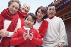 Famille sur plusieurs générations dans la cour de chinois traditionnel Image stock