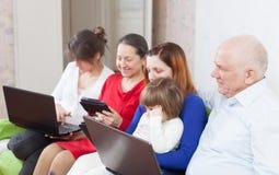 Famille sur plusieurs générations de avec des ordinateurs portables Photo stock