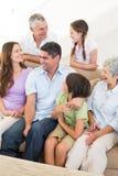 Famille sur plusieurs générations de sourire Photo libre de droits
