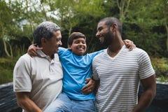 Famille sur plusieurs générations de sourire au parc Photos stock