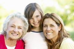 Famille sur plusieurs générations dehors photos stock
