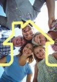 Famille sur plusieurs générations formant un petit groupe avec le contour de maison Photographie stock libre de droits