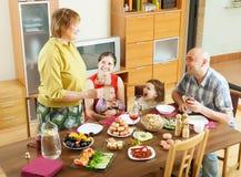 Famille sur plusieurs générations heureuse dînant vacances Image libre de droits