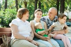 Famille sur plusieurs générations heureuse dans le jour ensoleillé Photographie stock