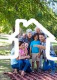 Famille sur plusieurs générations prenant un selfie extérieur contre le contour de maison à l'arrière-plan Images stock