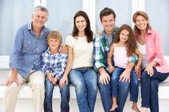 Famille sur plusieurs générations de verticale à l'extérieur Images libres de droits