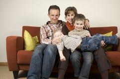 Famille sur un divan 5 Photos stock