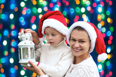 famille sur un fond des lumières de Noël Photos stock