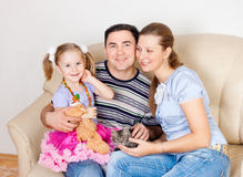 Famille sur un sofa photo stock