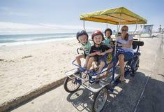 Famille sur un tour de vélo de Surrey le long de la côte de la Californie Images libres de droits