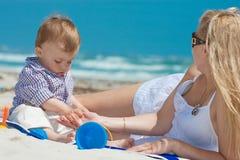 Famille sur une plage image stock