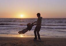 Famille sur une plage Photo stock