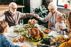 famille tenant des mains et priant le thanksgiving avant Photo libre de droits