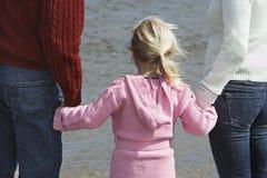 Famille tenant des mains sur la plage image libre de droits