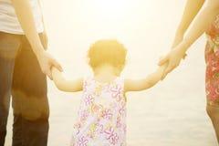 Famille tenant des mains sur le bord de la mer Photo stock