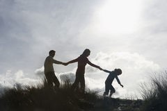 Famille tenant des mains tout en marchant sur la plage images libres de droits