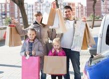 Famille tenant des paniers Image libre de droits